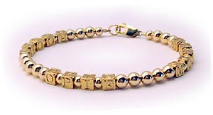 gold block letter mohters bracelet with 1 string and 1 name